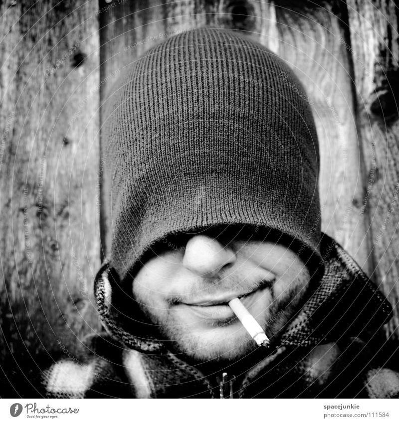 Just smoking (2) Mann Porträt Mütze Rauchen Zigarette Tabak Tabakwaren inhalieren ungesund Nikotin verrückt skurril Freude smoke Schwarzweißfoto