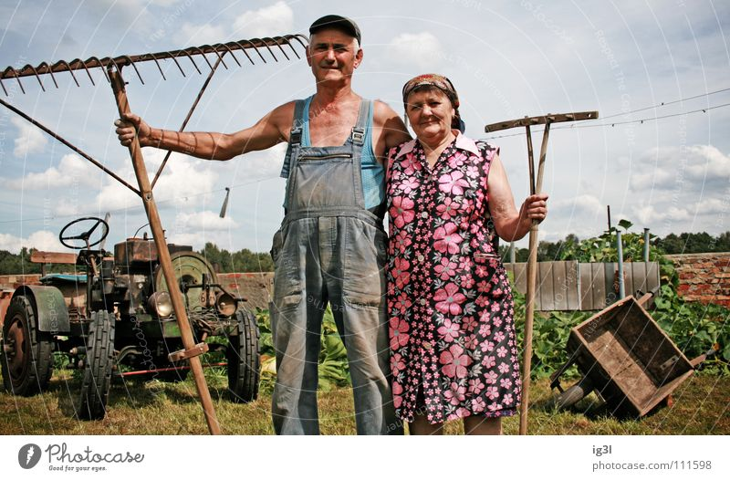 statussymbole Frau Großmutter alt Wachstum Großvater Mann maskulin Mütze Baseballmütze Hosenträger Arbeitsbekleidung Ruhestand Landwirt Bauernhof Tier