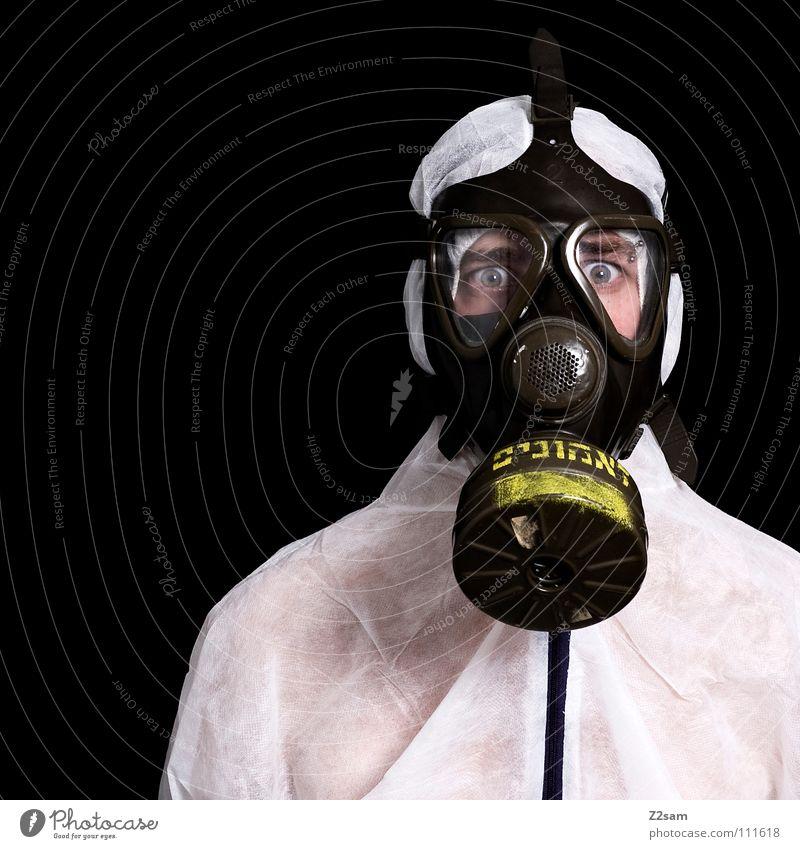 *SELBSTSCHUTZ* III Giftgas Kohlendioxid Atemschutzmaske Schutzanzug Anzug steril Geborgenheit Porträt Umwelt Luftverschmutzung atmen Umweltschutz Mann Stil weiß