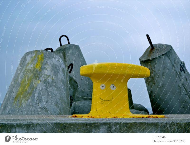 Bäääääh – ich bin ein moderner Hafenpoller. Himmel Ferien & Urlaub & Reisen blau Meer Strand gelb Graffiti Küste lustig grau Stein Metall Erde Fröhlichkeit
