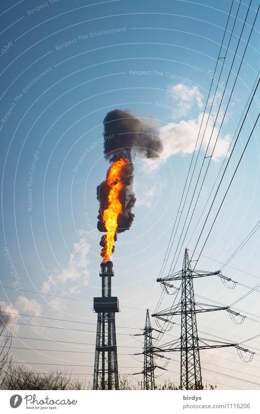 Störfall das vierte außergewöhnlich hoch bedrohlich Schönes Wetter Industrie Turm Feuer Wolkenloser Himmel heiß Strommast Abgas brennen Flamme Schornstein