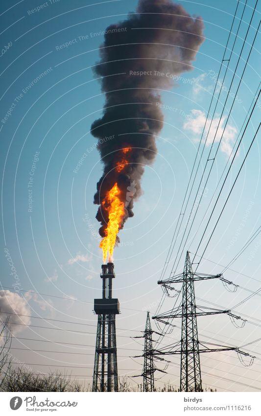 Störfall das dritte Feuer Wolkenloser Himmel Schönes Wetter Industrieanlage Turm Schornstein Rauch authentisch gigantisch heiß hoch blau gelb schwarz gefährlich