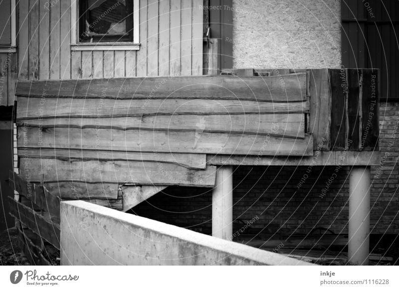 schöner wohnen Baustelle Stadtrand Menschenleer Einfamilienhaus Hütte Ruine Fassade Balkon Fenster Holzbrett Bretterzaun Wandtäfelung Beton alt kaputt trist