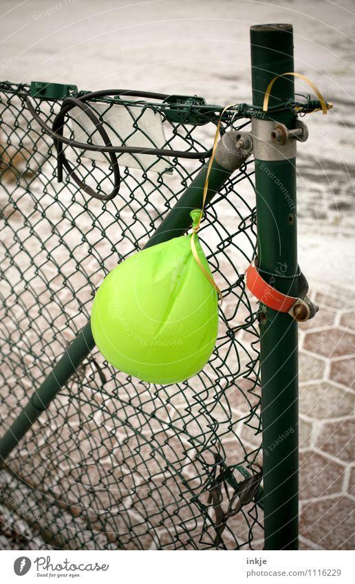Ende Gelände Lifestyle Freude Entertainment Veranstaltung Feste & Feiern Menschenleer Maschendrahtzaun Zaun Zaunpfahl Luftballon Metall Kunststoff hängen trist