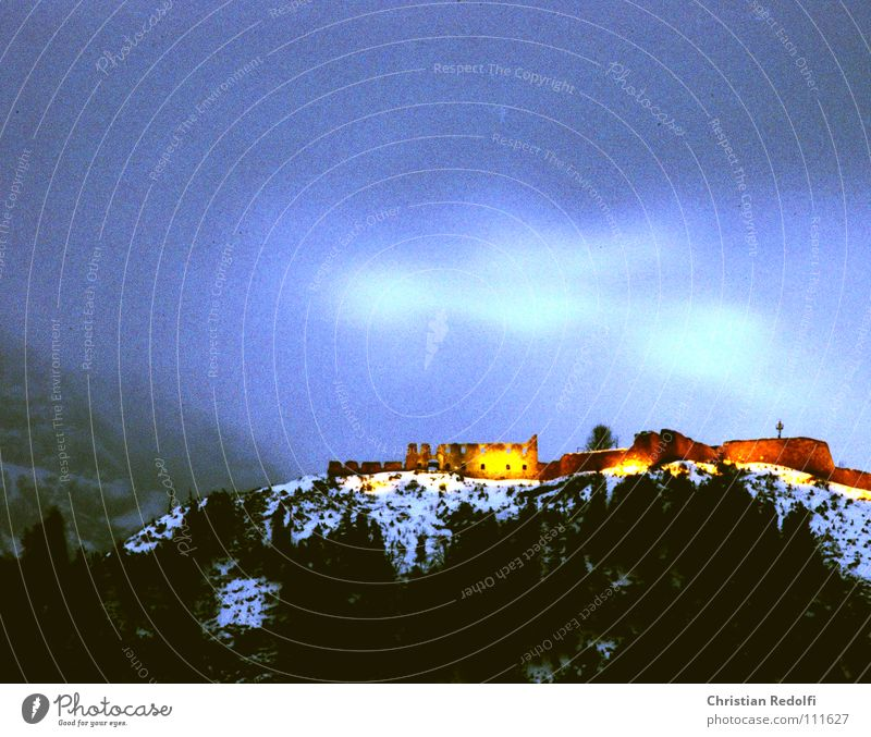 Ruine Ehrenberg Spukschloss Dämmerung Beleuchtung Zeitreise verfallen Langzeitbelichtung Angst Panik Burg oder Schloss Geisterburg Schnee Burgmuseum