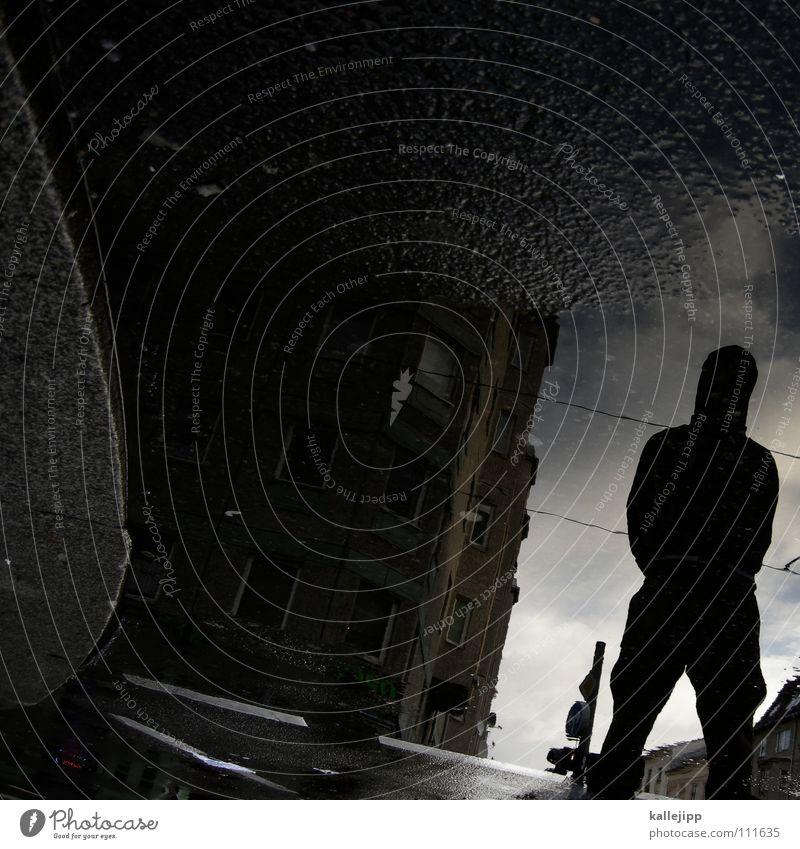 novemberrain Silhouette Pfütze Wasserlache Mann Wasserspiegelung Straße Straßenbelag Stadt