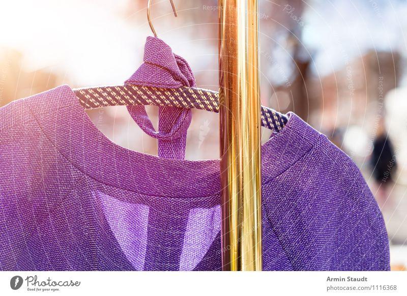 Neulich auf dem Flohmarkt I Lifestyle kaufen Stil Design Frühling Sommer Schönes Wetter Mode Kleid Kleiderständer Metall Gold ästhetisch Freundlichkeit glänzend