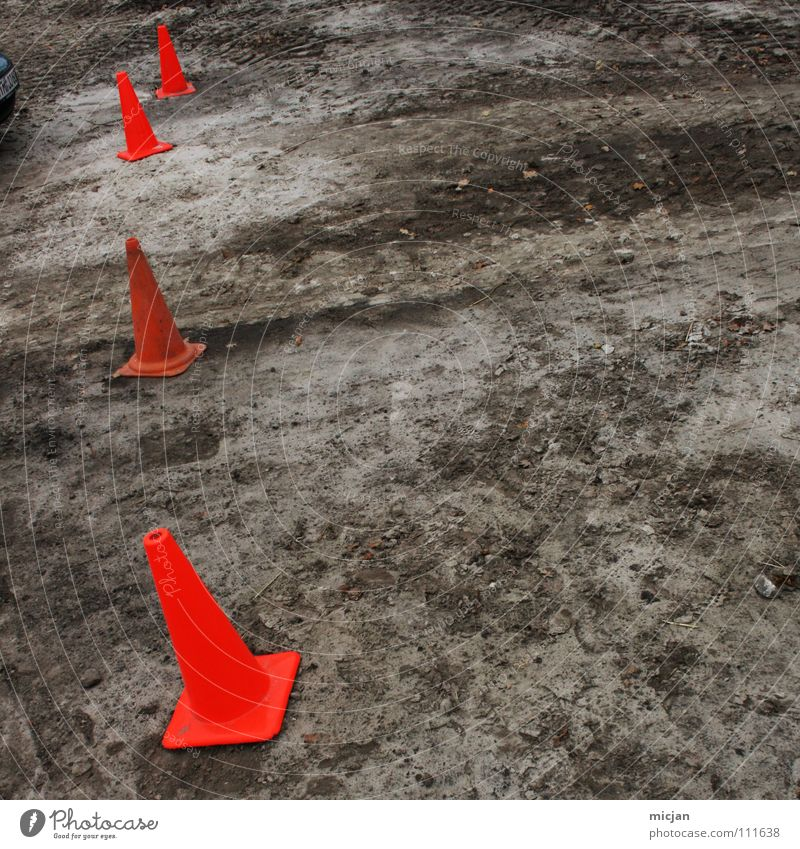 Klammer auf Winter Farbe dunkel Schnee oben grau Sand Linie Erde braun orange dreckig Schilder & Markierungen stehen Bodenbelag Boden