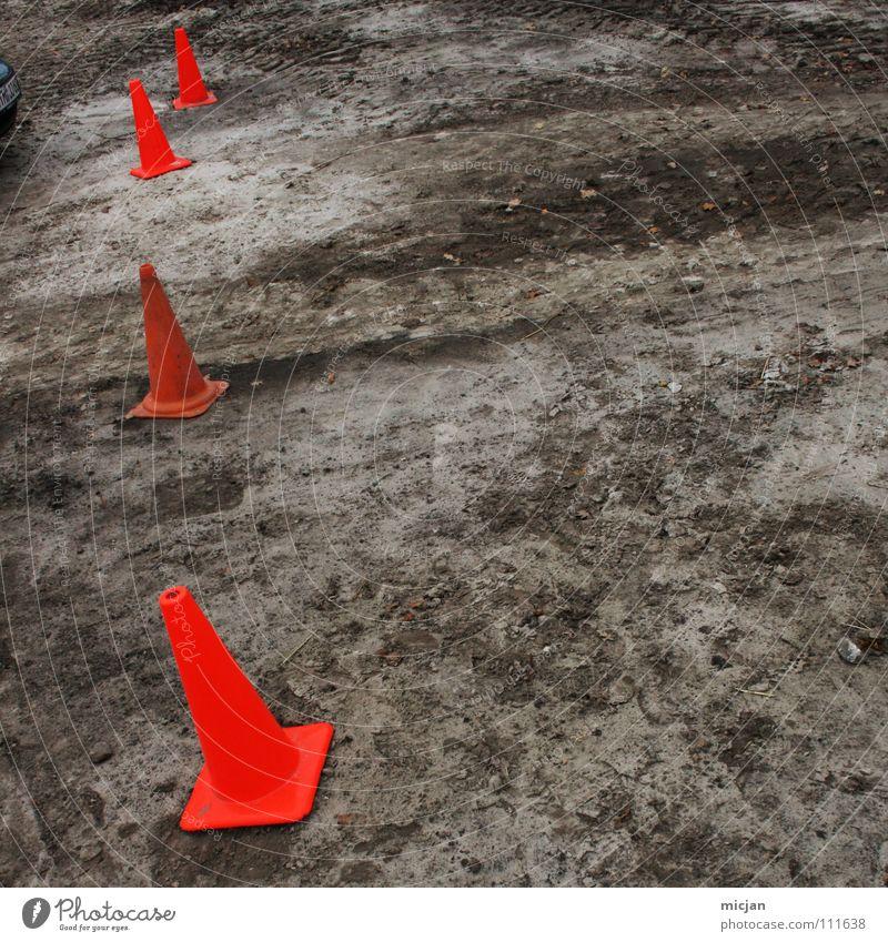 Klammer auf Winter Farbe dunkel Schnee oben grau Sand Linie Erde braun orange dreckig Schilder & Markierungen stehen Bodenbelag