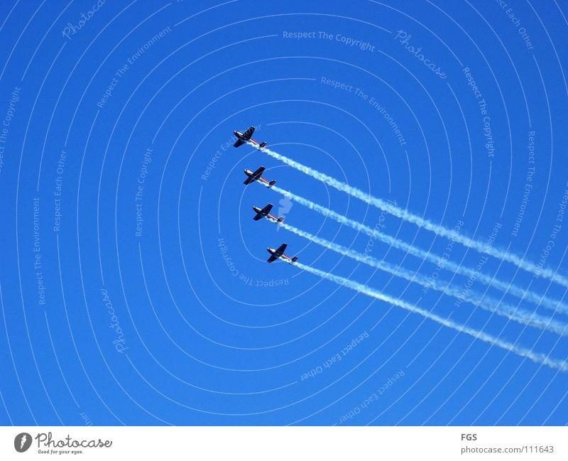 Royal Jordanien Falcons schön Wärme Flugzeug Schönes Wetter fantastisch Veranstaltung Blauer Himmel extrem international beeindruckend Achterbahn Aufschwung