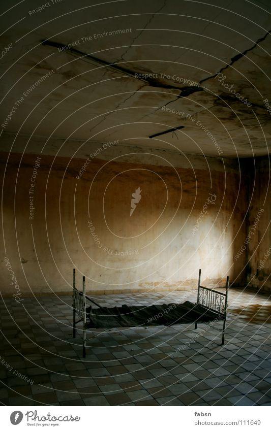 ROOMOOR Märchen Bett leer Platzangst schlafen ducken nass verfallen Einsamkeit geheimnisvoll Angst Panik Trauer Verzweiflung Raum room Vergangenheit Tod