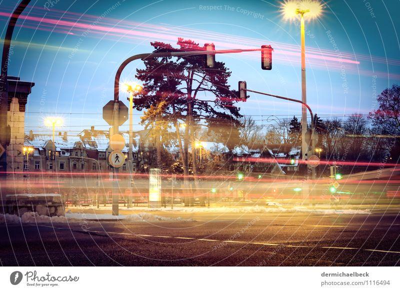 Lichtkonzert Stadt blau rot gelb PKW Verkehr Beton rennen Verkehrswege Stadtzentrum chaotisch Fahrzeug Bus Autofahren Ampel Fußgänger
