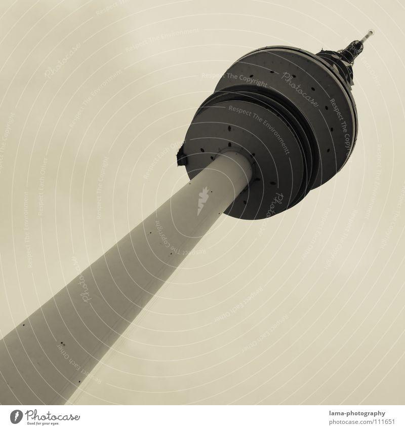 Hoch hinaus! Himmel grau hoch Beton Hamburg Turm Spitze Bauwerk diagonal Wahrzeichen aufwärts Sehenswürdigkeit Neigung Antenne UFO
