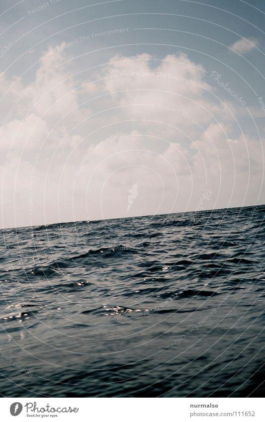 Seekrank Wellen Wellengang Wellental Wasserfahrzeug Beiboot Schlauchboot Segelboot Sportboot Dampfschiff Wolken brechen Angst Panik Spielen Sommer Mittelmeer