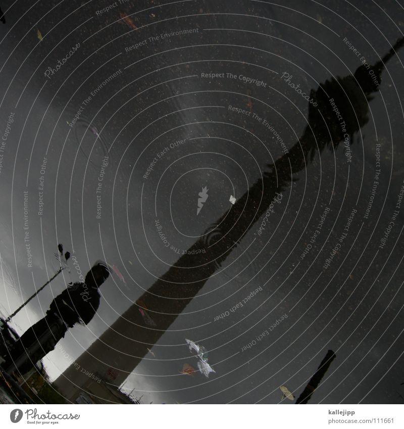 räumungsverkauf III Funkturm Pfütze Reflexion & Spiegelung Mann Mensch Architektur Berliner Fernsehturm Turm Wasser Silhouette diagonal Neigung Wasseroberfläche