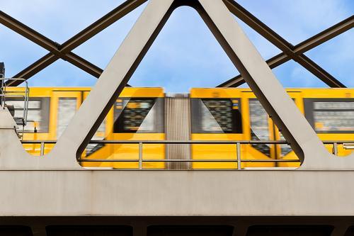 Berliner U-Bahnzug Ferien & Urlaub & Reisen Himmel Sommer Stadt Öffentlicher Personennahverkehr Berufsverkehr Bahnfahren Brücke Schienenverkehr Bewegung