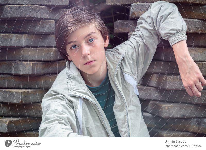 Cool am Steinhaufen Mensch Kind Jugendliche schön Junger Mann Gefühle Stil Stimmung Lifestyle maskulin Zufriedenheit 13-18 Jahre Arme einzigartig Coolness