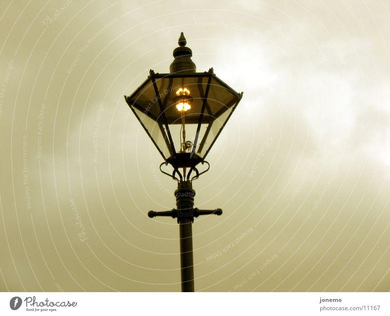 es werde dunkel Straßenbeleuchtung Glühbirne Licht Lampe Nacht Abend Wolken Dinge