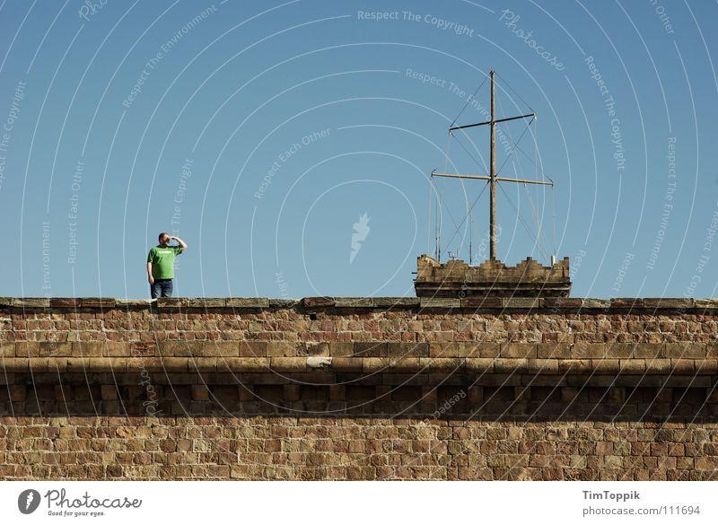 Castell de Montjüic Barcelona Aussicht Mann Mauer Spanien überblicken T-Shirt grün historisch Wahrzeichen Denkmal montjüic Blick Himmel blau Burg oder Schloss