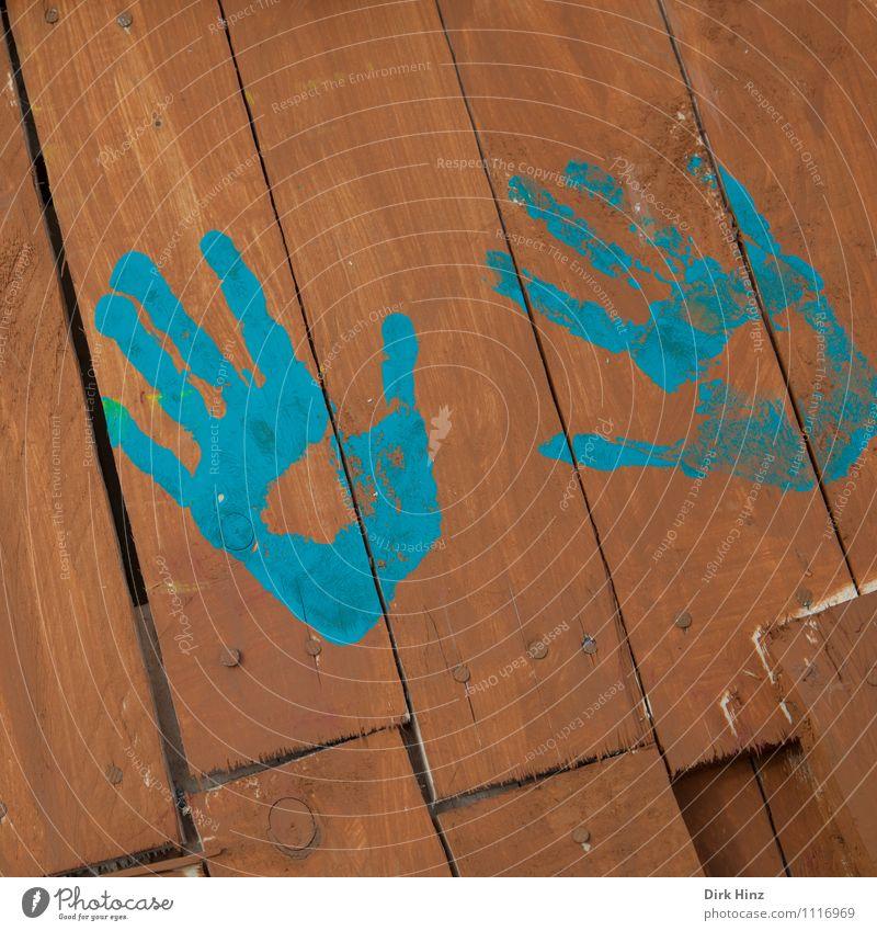 händisch Mensch blau Farbe Hand Freude Wand Spielen Holz braun Schilder & Markierungen Kreativität Finger Zeichen Zaun Holzbrett Gesellschaft (Soziologie)