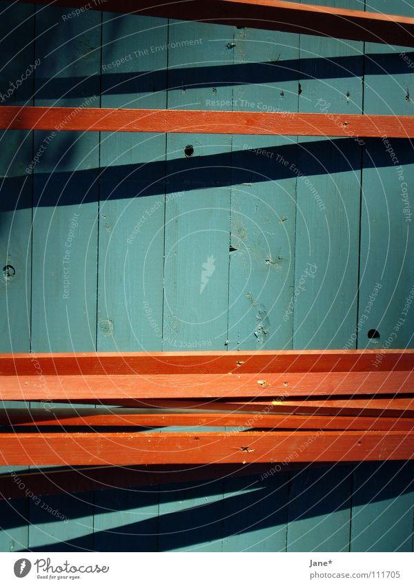 || lines || türkis braun schwarz horizontal diagonal Holz Holzbrett Wand sehr wenige einfach graphisch schön Detailaufnahme Herbst blau blue brown black Linie