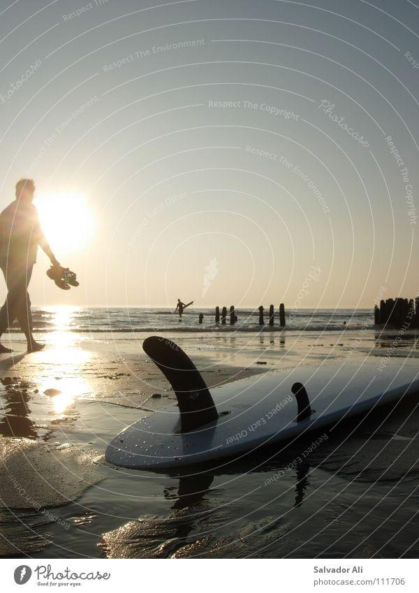 Unbezahlbar Schlick wandern Sehnsucht Finnen ruhig harmonisch Generation Blick Sylt Pause anlehnen genießen Sommer Wellen Ebbe Surfbrett Horizont Aussicht gehen
