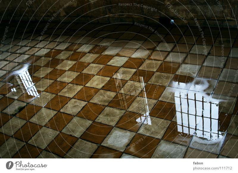 VERBLASSEN Reflexion & Spiegelung Pfütze Gitter leer Platzangst schlafen ducken nass kalt verfallen Einsamkeit geheimnisvoll Sehnsucht Angst Panik Trauer