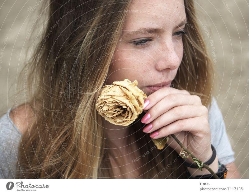 the rose Mensch Jugendliche schön Junge Frau Blume Strand Leben feminin Denken Zeit blond warten beobachten Neugier T-Shirt Gelassenheit