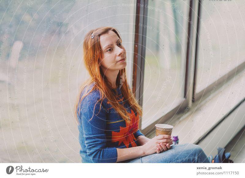 Frau am Fenster, Kaffee, träumerisch Lifestyle elegant Stil Design Freude Freizeit & Hobby feminin Junge Frau Jugendliche Leben 1 Mensch 18-30 Jahre Erwachsene