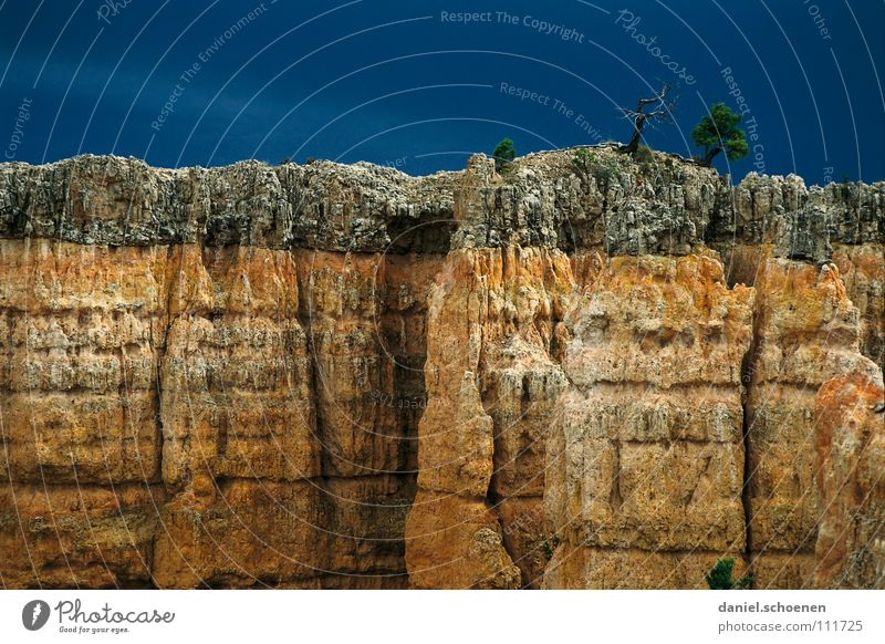 abziehendes Gewitter und Kletterfelsen Himmel Natur blau Baum rot Ferien & Urlaub & Reisen Wolken gelb Berge u. Gebirge grau Stein Wetter orange Hintergrundbild