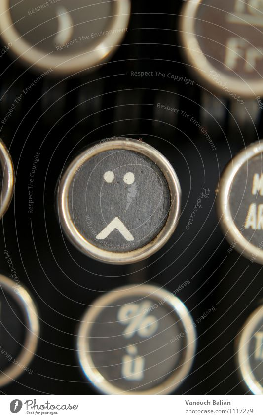 Smiley auf alter Schreibmaschine 2/3 Zeichen Traurigkeit Sorge Trauer Liebeskummer Müdigkeit Unlust Schmerz Sehnsucht Heimweh Fernweh Enttäuschung Einsamkeit