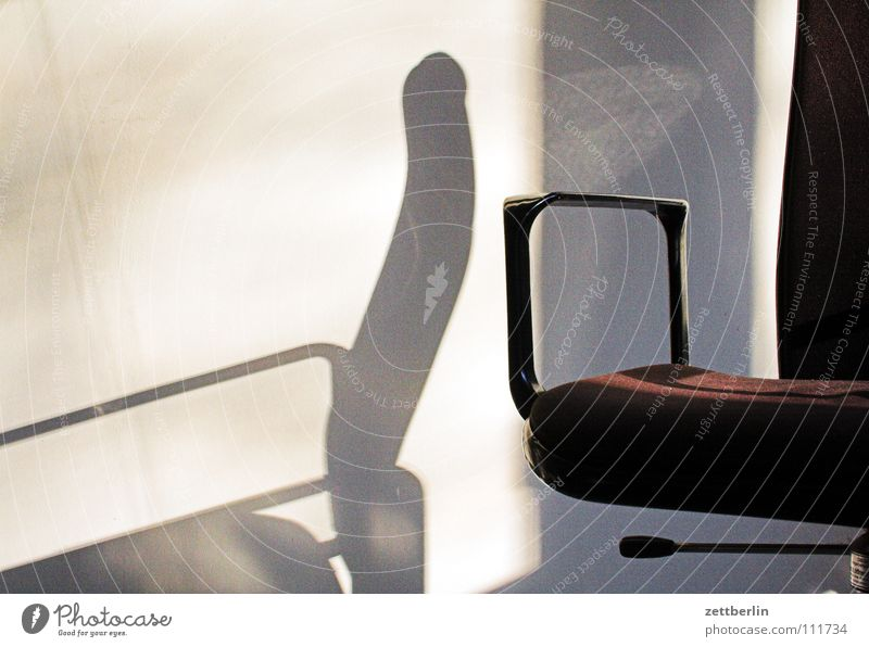 Bürostuhl ruhig Wand Business Arbeit & Erwerbstätigkeit Pause Stuhl Möbel Sitzgelegenheit Sessel Stuhllehne Polster Kaffeepause Bürostuhl Schleudersitz Chefsessel