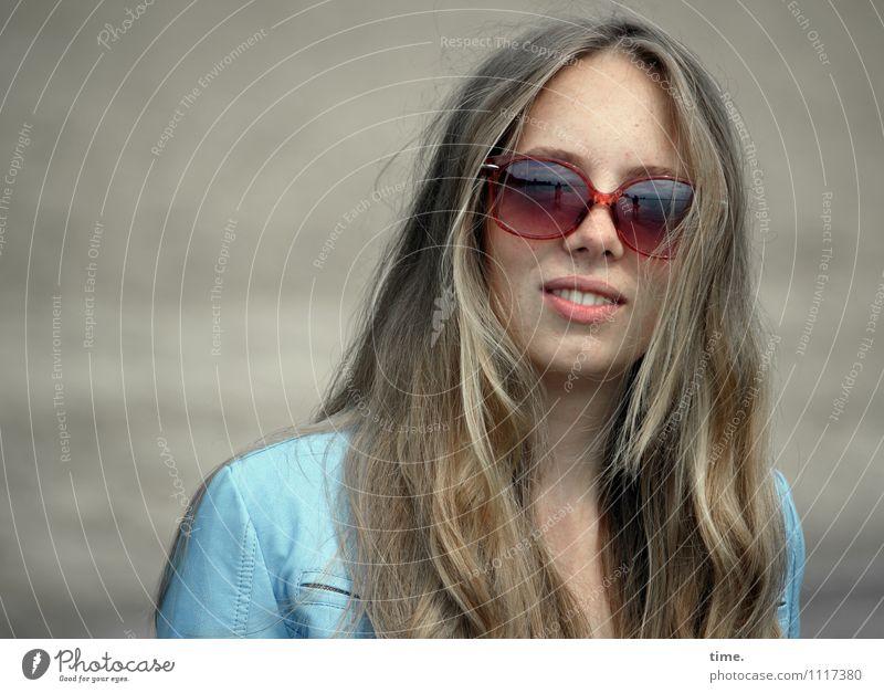 Nelly feminin Junge Frau Jugendliche 1 Mensch Jacke Sonnenbrille blond langhaarig beobachten Lächeln Blick warten schön Zufriedenheit selbstbewußt Coolness