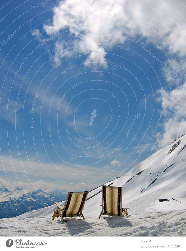 Tsunami-Wolke oder Zweisamkeit im Schnee Sonne Winter Wolken Schnee Berge u. Gebirge Zusammensein Schweiz Liegestuhl Jahreszeiten