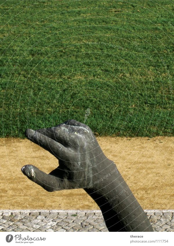 Zurück Hand grün Sommer Wiese Gras Wege & Pfade Park Metall Arme Finger Rasen Kommunizieren Richtung Denkmal Hinweisschild historisch