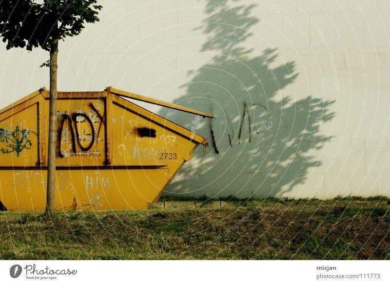 M wie Müll Müllbehälter gelb Baum Wiese Wand grau Pastellton Müllabfuhr Papiercontainer Schatten Sommer oben Klappe Recycling Müllverwertung Umweltschutz