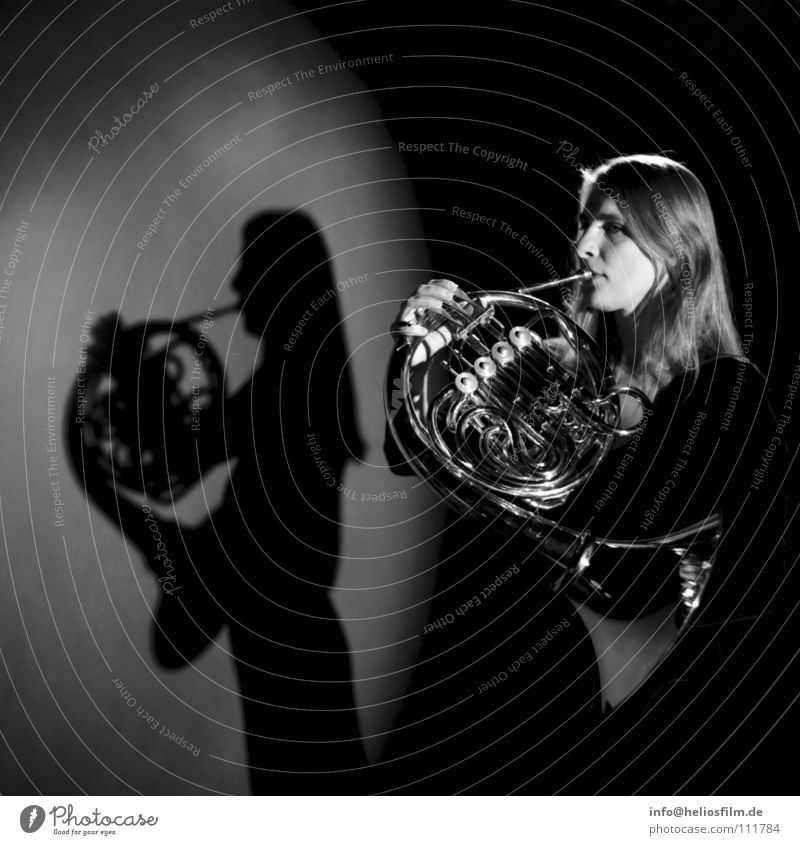 Hornistin Schattenspiel Blasinstrumente Licht & Schatten Konzert Musik Musikinstrument Schwarzweißfoto