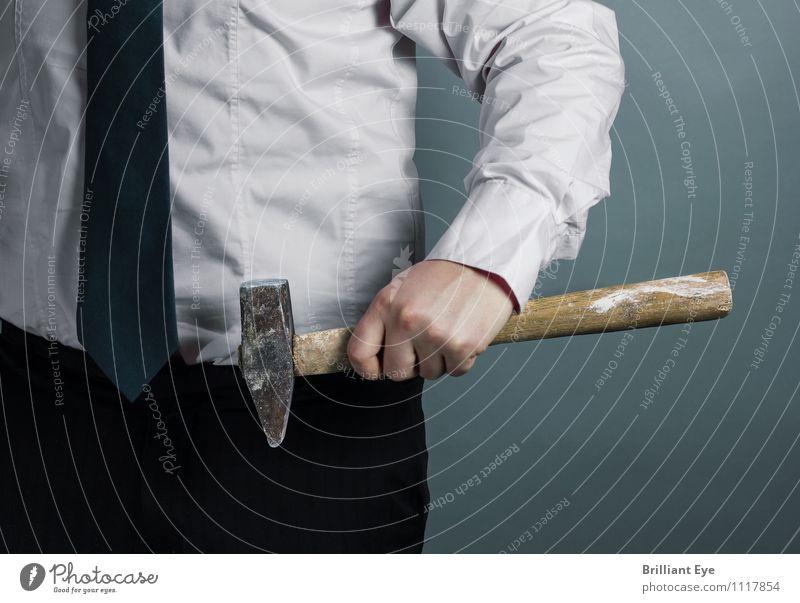 Businessman mit Hammer in der Hand Mensch Jugendliche 18-30 Jahre Erwachsene Lifestyle Arbeit & Erwerbstätigkeit maskulin Büro elegant Kraft Körper Erfolg Arme einzigartig Beruf Mut