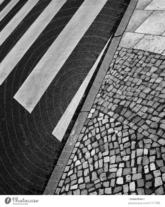zebra crossing weiß Stadt schwarz Straße Stein gehen laufen gefährlich bedrohlich Asphalt Streifen Quadrat Verkehrswege Kopfsteinpflaster diagonal hart