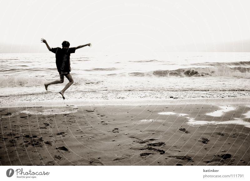 home Meer springen Applaus Heimweh Fernweh Strand schwarz weiß Stimmung Freude Schwarzweißfoto Sepia Sand