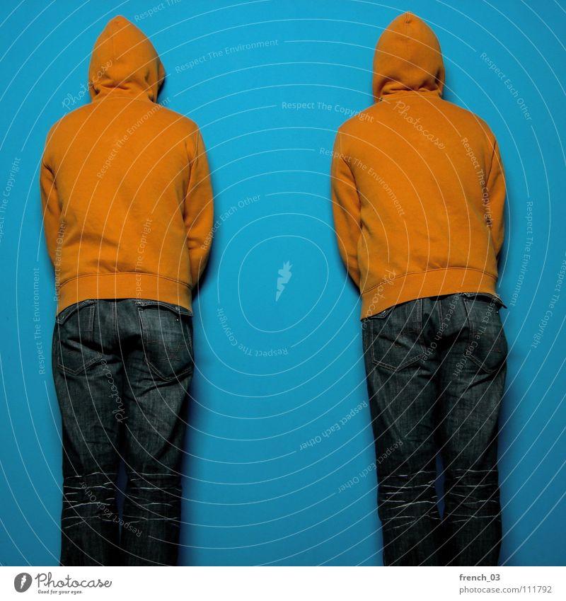 facing the wall I Mensch Mann blau Farbe Wand Mauer See orange maskulin Perspektive Bekleidung Jeanshose Falte Hose Jacke dumm