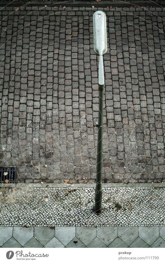 Bei prokops zu Hause Laterne Kopfsteinpflaster Bürgersteig Vogelperspektive Gully Rinnstein Bordsteinkante Muster Verschiedenheit Licht leer Staub Neukölln