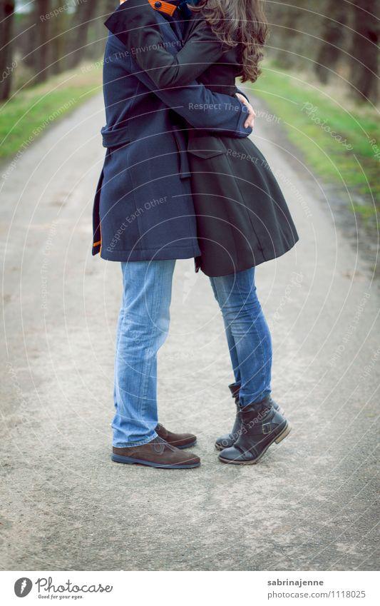 warme gedanken Mensch Junge Frau Jugendliche Junger Mann Erwachsene Paar Partner 18-30 Jahre Mantel brünett langhaarig Küssen trendy schön dünn Glück Vertrauen