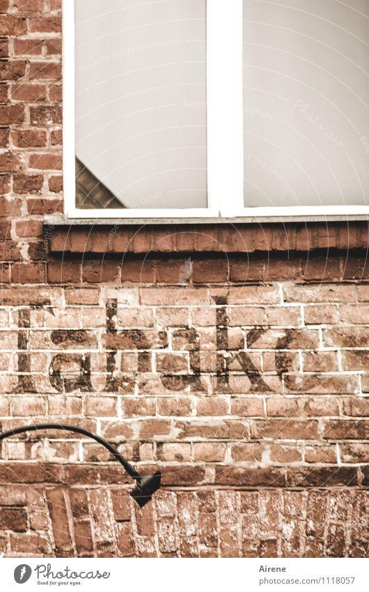 ...und Rum kaufen Stadt Stadtzentrum Fußgängerzone Menschenleer Haus Ladengeschäft Fassade Fenster Backstein Backsteinfassade Backsteinwand Lampe Leuchtkörper