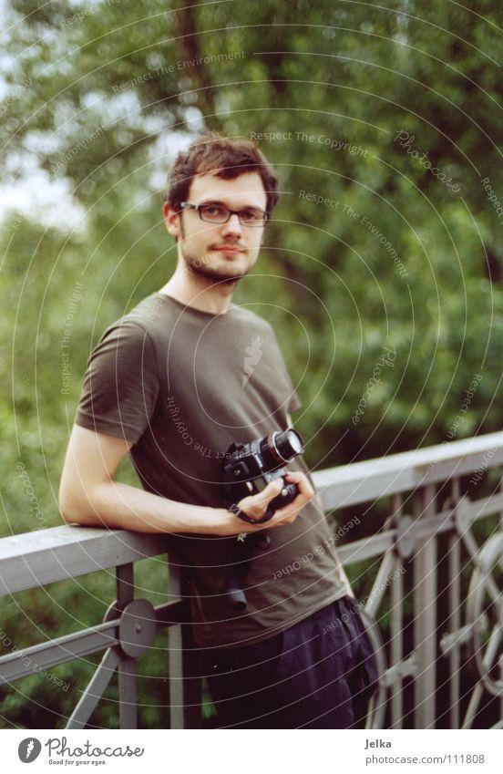 photoraver Mensch Mann Erwachsene stehen Brille T-Shirt Fotokamera Geländer Brückengeländer Fotograf anlehnen Brillenträger