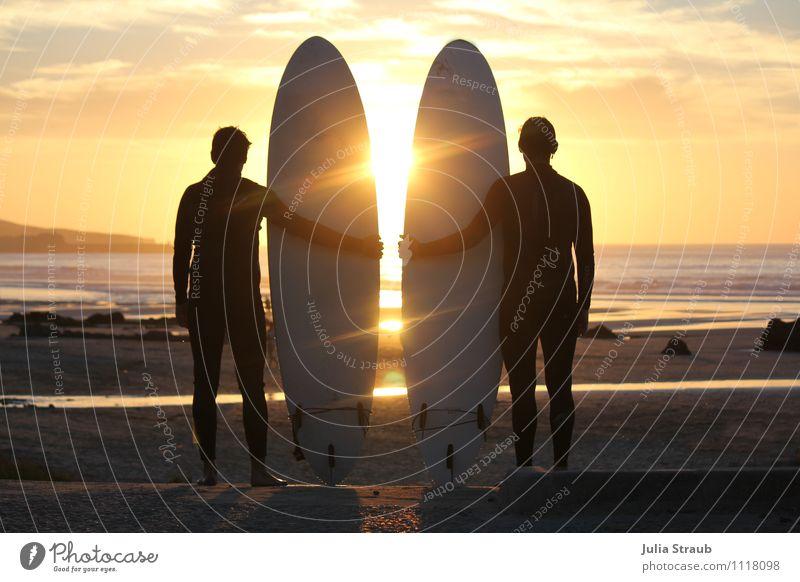 surfers Surfbrett maskulin Mann Erwachsene Freundschaft 2 Mensch 30-45 Jahre Himmel Wolken Sonnenaufgang Sonnenuntergang Sommer Schönes Wetter Strand Meer