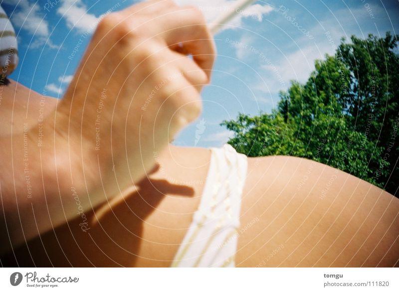 im freibad 2 Frau Hand Himmel Baum grün blau Sommer Wolken Gras Beine Rauchen Bikini Zigarette Freibad Schwimmbad Lomografie