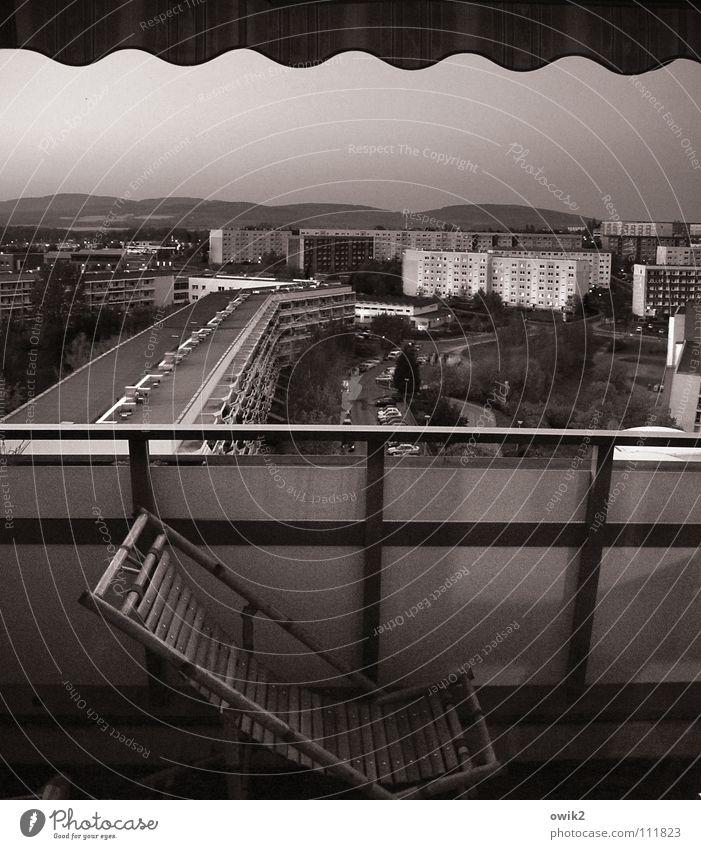 Über den Dächern Erholung Berge u. Gebirge Landschaft Horizont Stadt Balkon Verkehrswege Beton schlafen dunkel Design Einsamkeit Idylle Lebensfreude