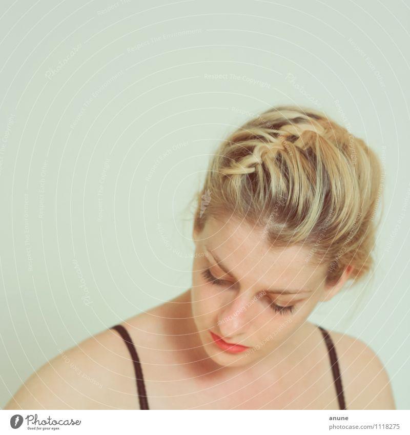 Geflecht schön Mensch feminin Junge Frau Jugendliche Erwachsene Haut Kopf Haare & Frisuren Gesicht Schulter 1 18-30 Jahre blond Denken ästhetisch elegant