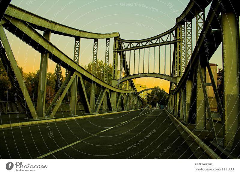 Brücke ins Wochenende Hochbau Stahl Konstruktion Eisen streben Verkehr Straßenverkehr Dämmerung Berlin Stahlträger Niete streber Verbindung link Abend wedding